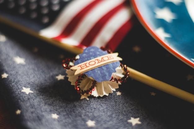 ぼやけたアメリカ国旗の背景を持つ家の装飾