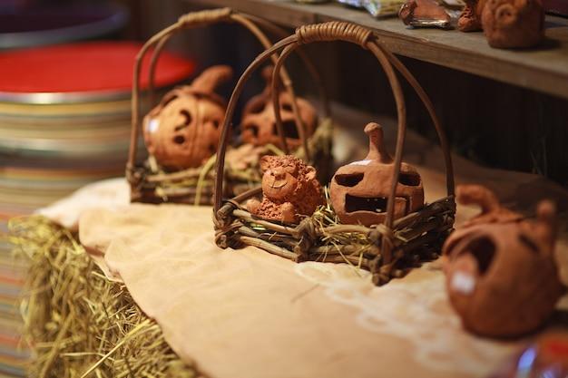 Украшение дома кукла из глины в корзине