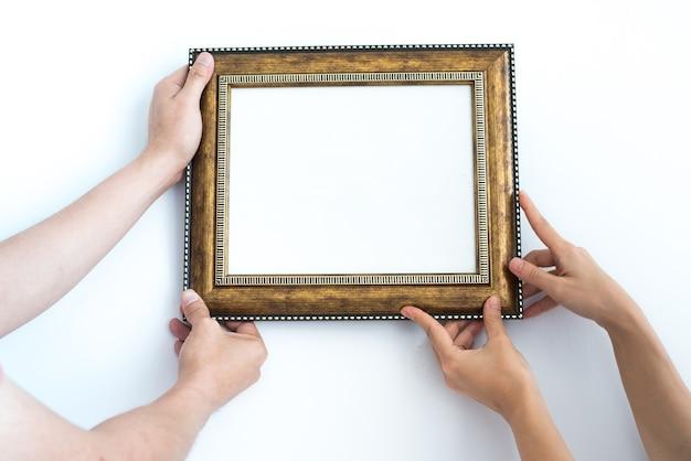 가정 장식 개념입니다. 포토 프레임을 벽과 흰색 배경에 놓으십시오.