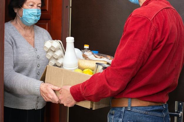 코로나 19 중 격리 된 노인들에게 음식이나 기부 함을 집으로 배달