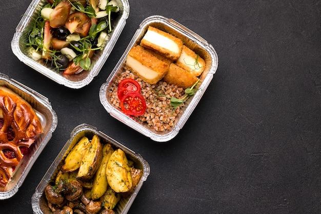 Концепция доставки на дом. каша с овощами, картофелем и грибами, салат.