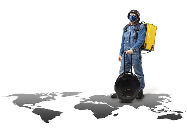 Доставка на дом, покупка еды через интернет. доставщик на одноколесном велосипеде прибывает с вашим заказом по любому адресу мира на карте.