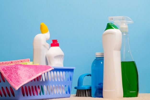 家の消毒。ブルーのクリーニング製品の品揃え。