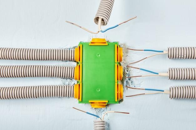 가정용 전선은 배전함에 연결된 도관에 숨겨져 있습니다.