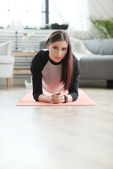 家庭用フィットネス、運動する女性