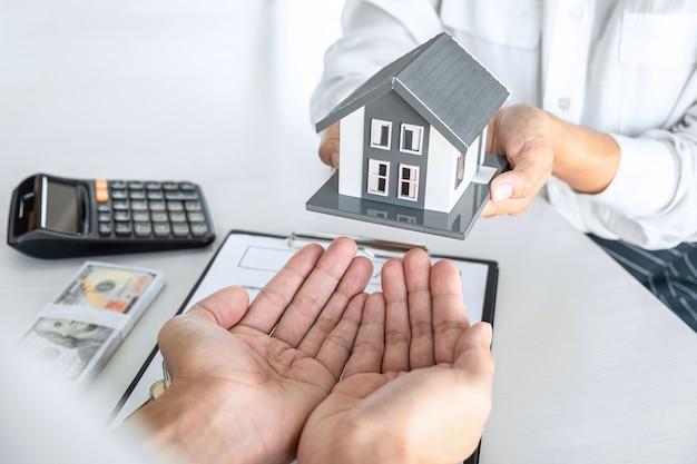 임대 주택, 브로커 에이전트가 고객에게 주택 부동산 대출을 결정하기 위해 세부 사항을 제시하고 상담하여 고객이 동의하고 승인한 후 주택 모델을 보냅니다.