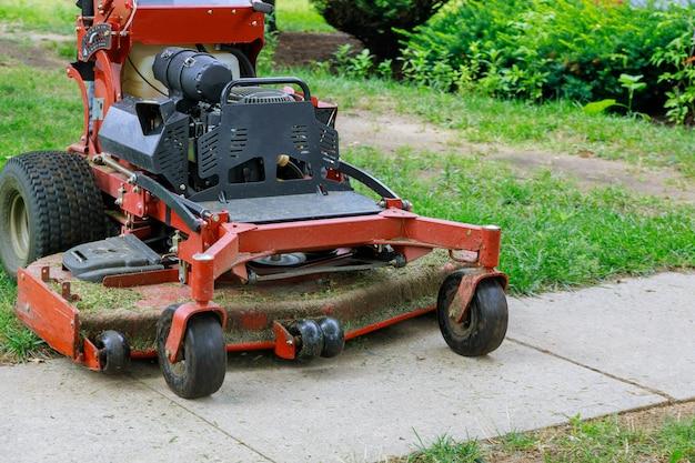 Домашний сад трава садовник стрижка газонной травы с газонокосилкой человек с помощью газонокосилки садовник стрижка травы газонокосилкой