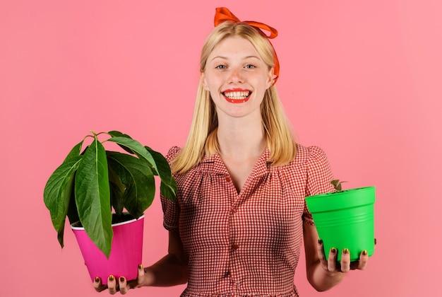 Домашнее озеленение. счастливая женщина-садовник с горшечными растениями. домашнее растение.
