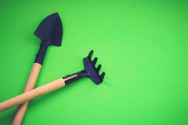 가정 정원 가꾸기. 녹색 배경, 생태 개념에 미니어처 원예 도구. 평면도. 제로 폐기물. 확대.