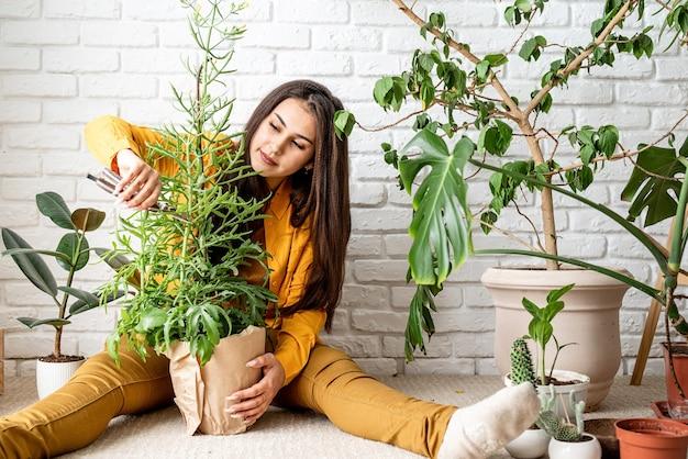 가정 원예. 그녀의 집 정원 분홍 식물을 돌보는 여자 정원사
