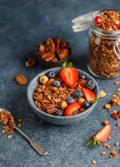 Домашняя мюсли с орехами и ягодами. здоровая веганская закуска