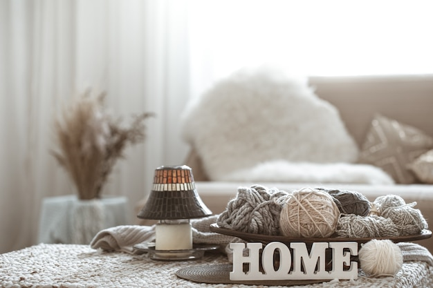 ホーム趣味、テーブルの上の編み糸。