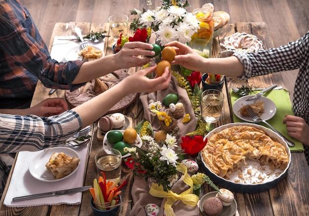 Home vacanze amici o famiglia al tavolo festivo