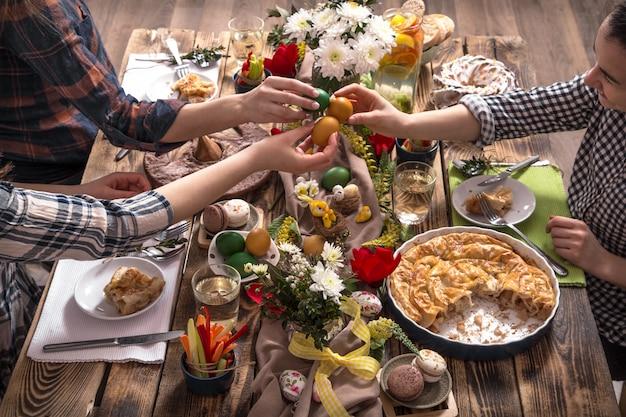ホームホリデーの友人やお祝いテーブルでの家族