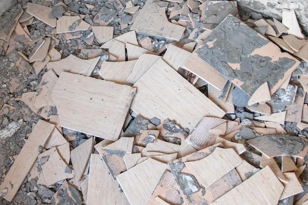 Ремонт и благоустройство дома - снятие старой плитки со стен. вид сверху.