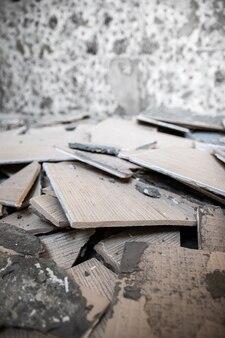 Ремонт и благоустройство дома - снятие старой плитки со стен, вертикального фона.
