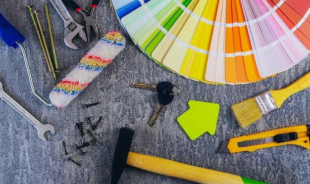 주택 개선 개념-건설 도구 및 항목. 선택적 초점.