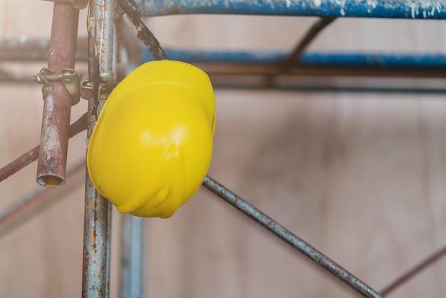 사이트 건설 배경에서 노란색 헬멧 홈 개선 아이디어 개념