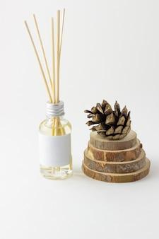 천연 소나무 향이 나는 홈 인센스 스틱. 아로마 디퓨저가 있는 콘과 가문비나무 프레임. 친환경 홈 향수 컨셉