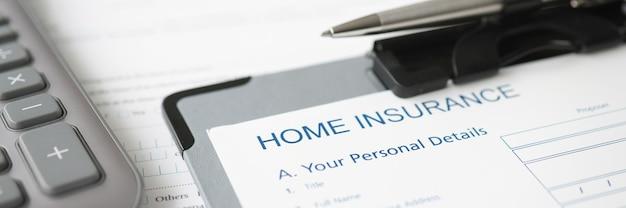 데스크탑 근접 촬영 보험 회사 개념에 누워 홈 보험 문서 및 볼펜