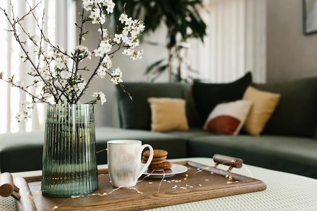 家のインテリア。クッキー、コーヒー。リンゴの木の色が飛んでいます。背景がぼやけている。