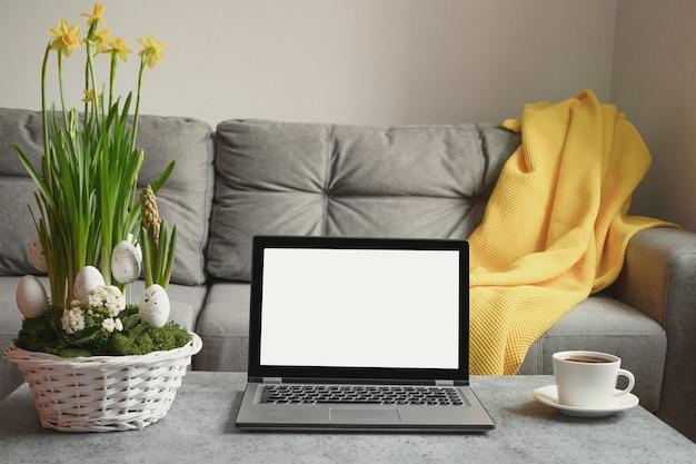 노트북이있는 거실의 홈 인테리어, 봄 장식