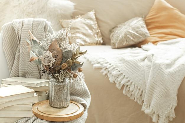 책과 말린 꽃이있는 홈 인테리어.