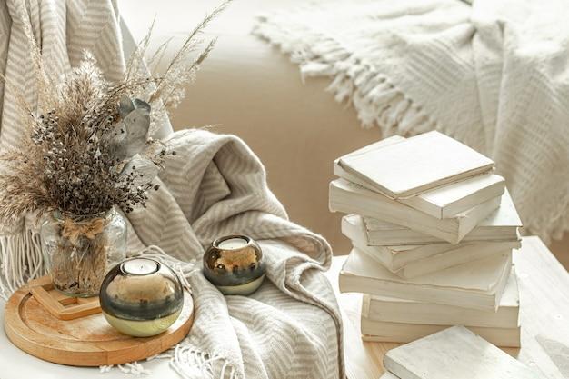 Домашний интерьер с книгами и засушенными цветами.