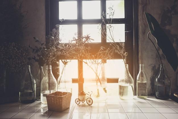 꽃병에 흰색 말린 꽃 부케가 있는 홈 인테리어, 현대적인 소박하고 미니멀한 빈티지 룸, 선반에 빛, 아파트의 스칸디나비아 가구 구성, 미니멀리즘 스타일