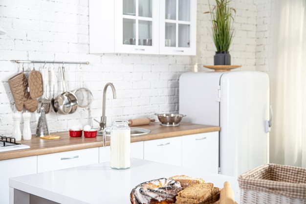 Домашняя кухня интерьер со свежей выпечкой на столе