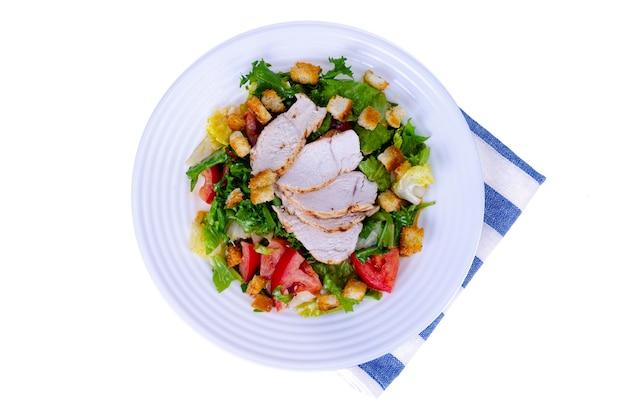 Домашняя кухня. овощной салат с курицей и гренками. цезарь.