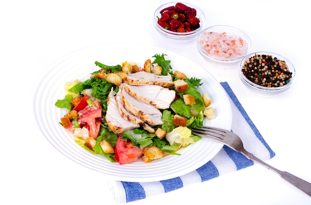 가정 부엌. 닭고기와 크루통을 곁들인 야채 샐러드. 시저.