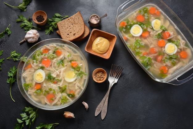 허브와 당근을 곁들인 홈메이드 아스픽 치킨 젤리. 전통적인 러시아 접시 holodets입니다. 빵과 겨자 또는 양 고추 냉이와 함께 제공
