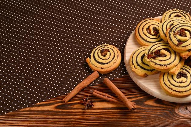 レーズンとケシの実を使った自家製焼きクッキー。テキストやデザインのためのスペース。
