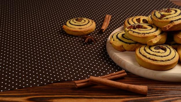Домашнее печенье с изюмом и маком. место для текста или дизайна.