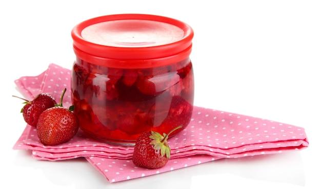 Домашнее варенье из ягод, изолированные на белом фоне