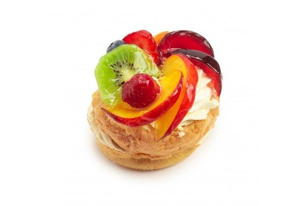 Домашний торт со сливками и фруктами изолированы