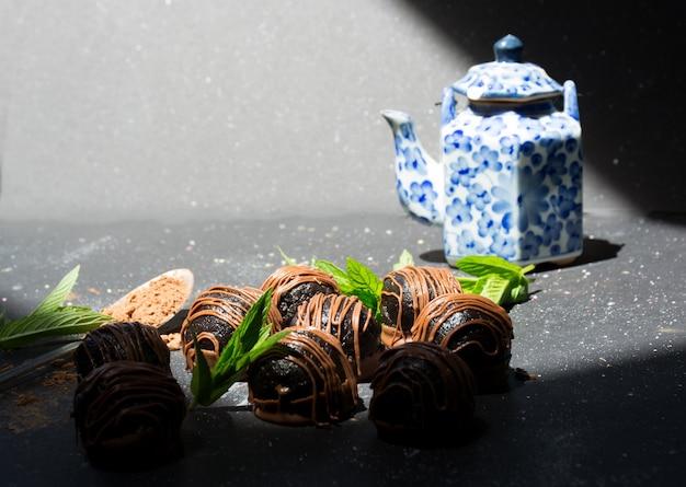 집에서 만든 초콜릿 캔디 스푼 코코아 가루와 티 포트 달콤한 디저트