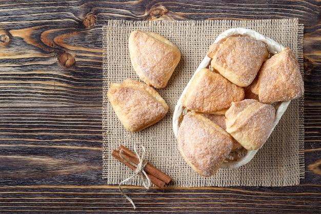 木製のテーブルに自家製クッキー。上面図。