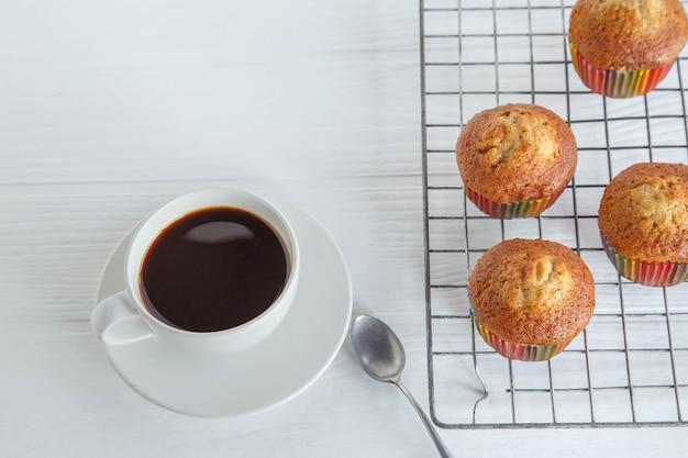 自家製のカップケーキと白いテーブルの上のコーヒー カップ
