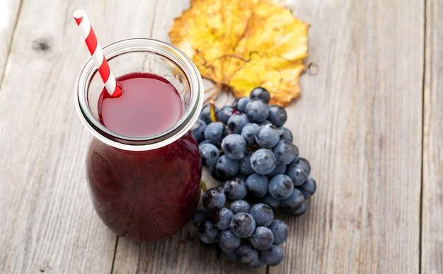 自家製フレッシュジューススムージーガラス瓶フルーツベリーグレープビタミンダイエット健康。コンセプトヴィンテージ背景。セレクティブフォーカス