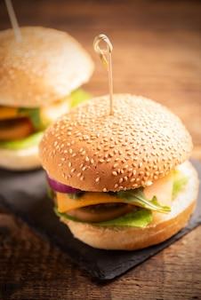 自家製ハンバーガー。おいしい大きなハンバーガーのクローズアップ