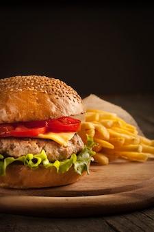 牛肉、玉ねぎ、トマト、レタス、チーズの自家製ハンバーグ。
