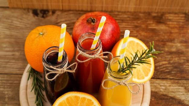 집에서 만든 작은 병에 레모네이드. 여러 가지 빛깔의 주스와 과일