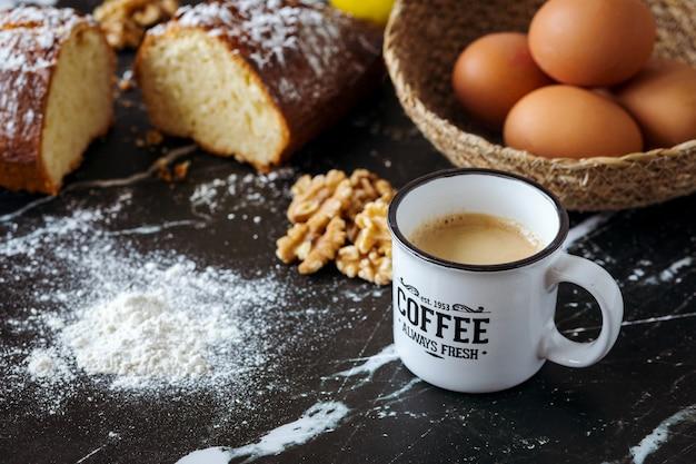 Домашний ореховый торт и ингредиенты с кофе