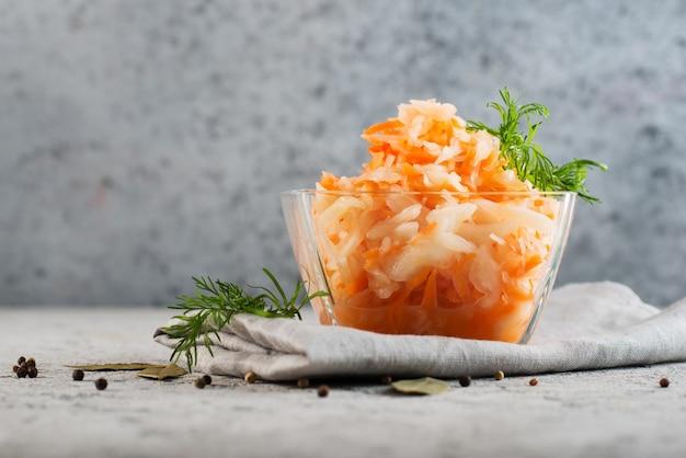 집에서 만든 소금에 절인 양배추-러시아 전통 요리, 복사 공간, 선택적 초점