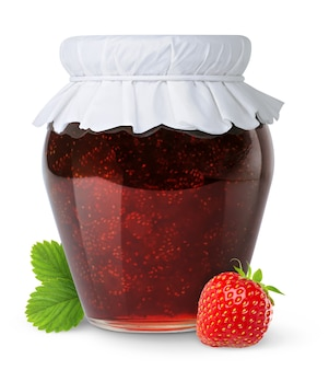 흰색 배경에 분리된 종이 뚜껑과 신선한 딸기가 있는 유리병에 집에서 만든 딸기 잼