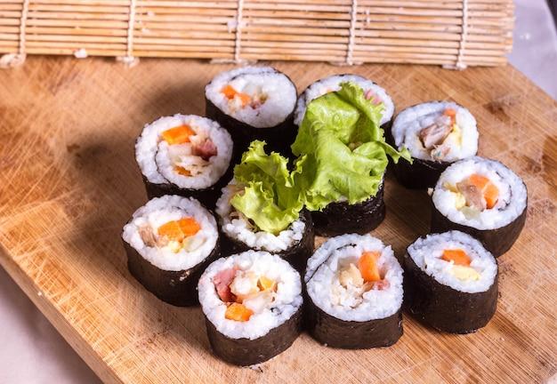 Домашний суши-ролл с курицей