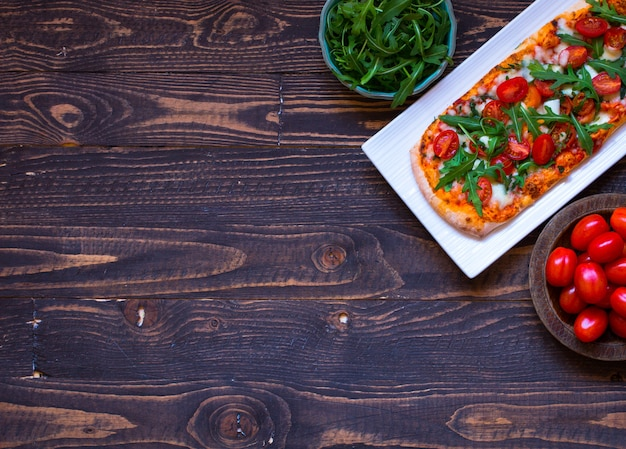 トマト、ルッコラ、モッツァレルの自家製メイドフレッシュピザ