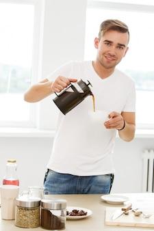 Домой, утро. человек с чашкой кофе